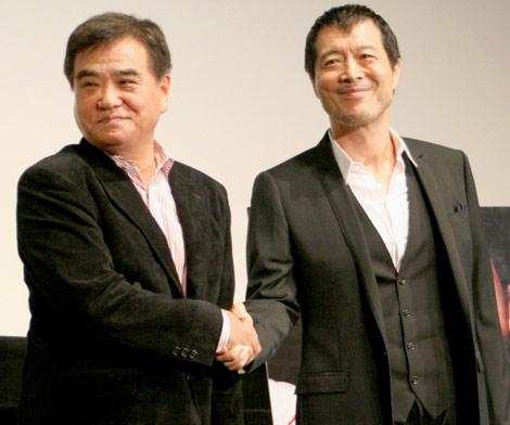 ドキュメンタリー映画『E・YAZAWA ROCK』の舞台あいさつを行った、(左から)増田久雄監督と矢沢永吉 (C)ORICON DD inc.