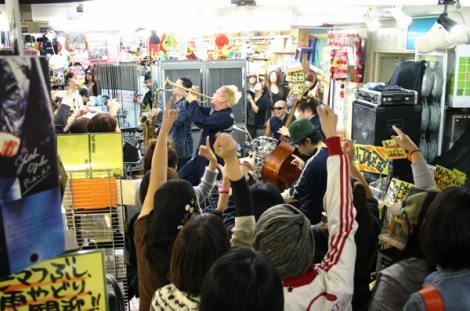 雑貨店内でライブを披露したPE'Z