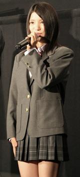 トレードマークの短いスカート丈の制服に身を包んだ川島海荷 (C)ORICON DD inc.