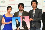 キャラクターデザインを持った左から尾野真千子、江川達也、久保田将至
