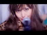アルバム『DOROTHY』の収録曲「STEAL THIS HEART」のミュージックビデオで金髪ロッカー姿を披露