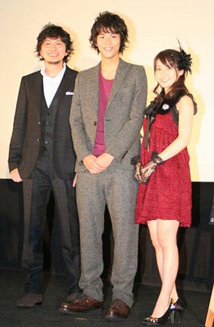 映画『銀色の雨』の舞台挨拶に登壇した(左から)鈴井貴之監督、賀来賢人、AKB48・大島優子 (C)ORICON DD inc.