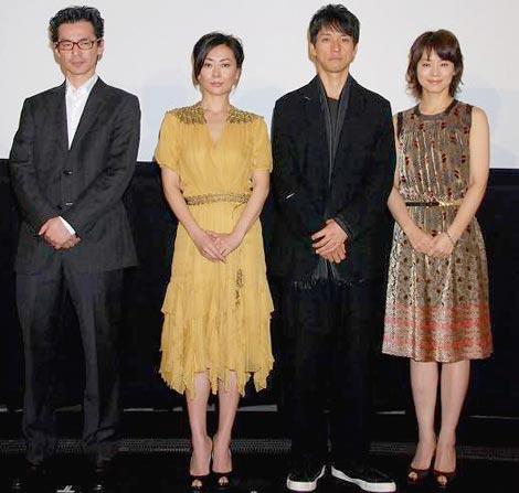 映画『サヨナライツカ』の完成披露試写会に出席した、(左から)イ・ジェハン監督、中山美穂、西島秀俊、石田ゆり子 (C)ORICON DD inc.