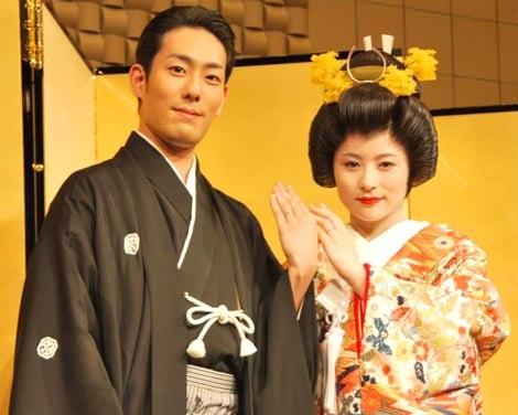 サムネイル 結婚式を終えた中村勘太郎と前田愛が、披露宴前に揃って記者会見を行った (C)ORICON DD inc.