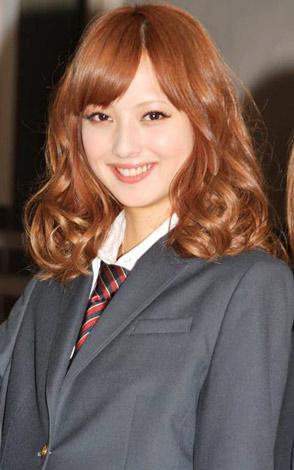 サムネイル 映画『天使の恋』公開直前記念イベントで、公の場ではこの日限りの女子高生服姿を披露した佐々木希 (C)ORICON DD inc.