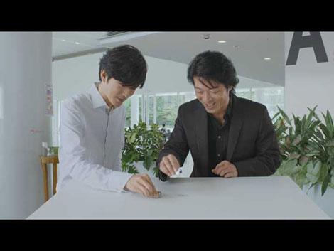 ブラウン電気シェーバーCMに出演する田辺誠一(左)と寺脇康文