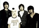 """『ミッシェル・ガン・エレファント """"THEE MOVIE""""』左から故人・アベフトシ(ギター)、クハラカズユキ(ドラム)、ウエノコウジ(ベース)、チバユウスケ(ボーカル・ギター) (C) Nikkatsu"""