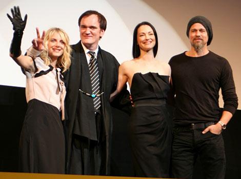 映画『イングロリアス・バスターズ』のジャパンプレミア上映会に出席した(左から)メラニー・ロラン、タランティーノ監督、ジュリー・ドレフュス、ブラッド・ピット (C)ORICON DD inc.