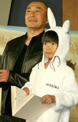 映画『かいじゅうたちのいるところ』の公開アフレコ収録を行った、(左から)高橋克実と加藤清史郎 (C)ORICON DD inc.