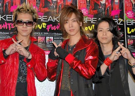 シングル「LOVE FIGHTER〜恋のバトル〜」リリース記念サプライズイベントに登場したBREAKERZの(左から)SHINPEI、DAIGO、AKIHIDE (C)ORICON DD inc.