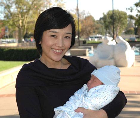 サムネイル 第2子となる男児を抱く西田ひかる