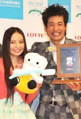 『ベストスマイル・オブ・ザ・イヤー2009』に選ばれたベッキーと佐藤隆太 (C)ORICON DD inc.