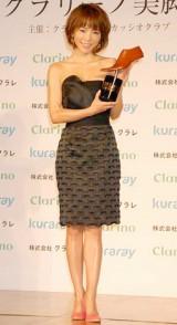第7回『クラリーノ美脚大賞』30代部門を受賞した釈由美子 (C)ORICON DD inc.