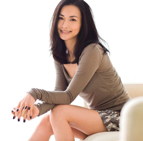サムネイル 11月11日発売の『anan』で出産後約半年とは思えないスレンダーボディを披露している長谷川京子