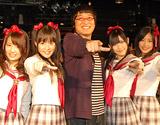 AKB48の派生ユニット・渡り廊下走り隊に囲まれ満面の笑みを浮かべる南海キャンディーズの山里亮太(C)ORICON DD inc.