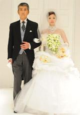 ウエディングドレス姿を披露した上戸彩と、ドラマで共演する渡哲也