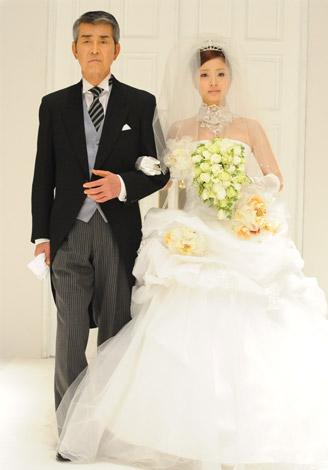 サムネイル ウエディングドレス姿を披露した上戸彩と、ドラマで共演する渡哲也