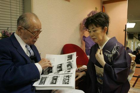 芸術座最終公演の『放浪記』楽屋を見舞った森繁久彌さん(左)と、森光子
