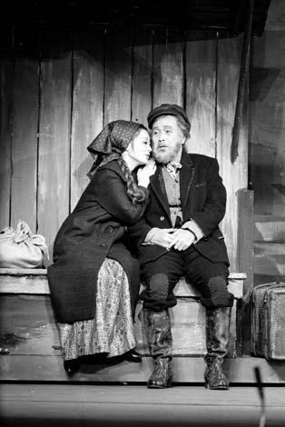 昭和42年『屋根の上のヴァイオリン弾き』に出演した森繁久彌さん(右)と浜木綿子