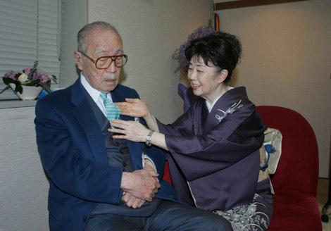 芸術座最終公演の『放浪記』楽屋を見舞った森繁久彌さんにネクタイをプレゼントする森光子