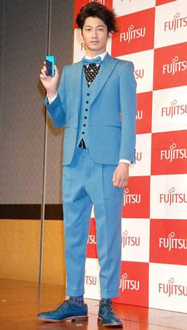 富士通の新ケータイ・新CM発表会で、交際が報じられる木村カエラとの進展を聞かれるも無言を貫いた瑛太 (C)ORICON DD inc.