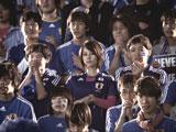 サッカー日本代表の新ユニフォームに身を包む堀北真希(中央)