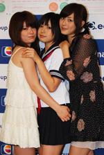 実際は写真の通り仲の良い3人。左から中島愛里、佐武宇綺、高木古都(C)ORICON DD inc.
