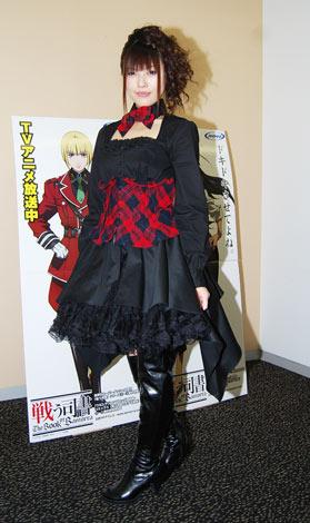 赤と黒のコスチュームで会見に出席した佐咲紗花