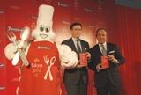 『ミシュランガイド東京 2010』の記者会見に登場した(左から)ミシュランマン、ベルナール・デルマス社長、ジャン=リュック・ナレ総責任者