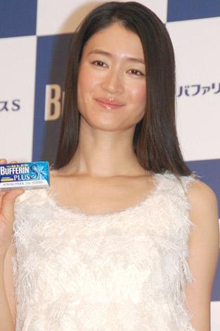 バファリンを持ち微笑む姿が美しすぎる女優・小雪