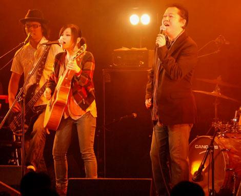 娘・武川アイ(左)のデビュー記念ライブ『Ai LIVE〜I WILL』に出演した父親のタケカワユキヒデ(右) (C)ORICON DD inc.