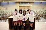学生を500人収容できる大講堂で講義を行なうことになった4人(C)東北新社