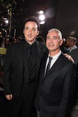 米ロサンゼルスで現地時間11月3日に開催された『2012』ワールドプレミアのレッドカーペットに登場した、ジョン・キューザックとローランド・エメリッヒ監督(右)
