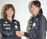 正式にペア解消を発表、最後は笑顔で握手を交わしたプロビーチバレーの(左から)西堀健実、浅尾美和選手(C)ORICON DD inc.