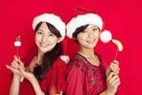 サンタ姿がキュートな長澤まさみと榮倉奈々(右)