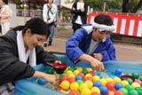 撮影の合間にお祭りのセットで遊ぶ川島海荷と金田哲