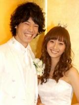 結婚披露宴を迎え顔をクシャクシャにして喜ぶ庄司智春と藤本美貴夫妻 (C)ORICON DD inc.