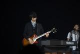 『Mr.Children DOME TOUR 2009 〜SUPERMARKET FANTASY』の初日公演を行ったMr.Childrenの田原健一 写真:薮田修身(FEMME)