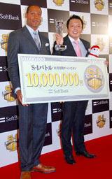 『S-1バトル』11月度チャンピオンに輝いた中川家・礼二(右)と、表彰式に出席したダンテ・カーヴァー (C)ORICON DD inc.