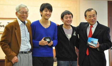 広島市役所の秋葉忠利市長を表敬訪問したゆず(写真中央)と那須正幹さん(向かって左)