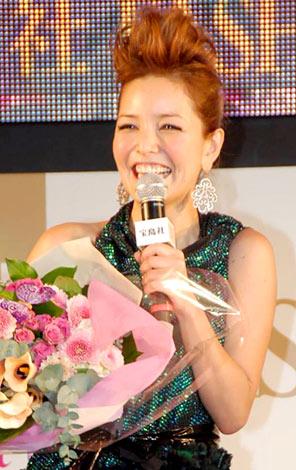 サムネイル 『日本ファッションリーダーアワード2009』の授賞式で結婚をサプライズで祝福され笑顔がこぼれる梨花