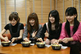 新商品『太麺堂々』を試食するモーニング娘。のメンバー(左から)高橋愛、新垣里沙、道重さゆみ、ジュンジュン
