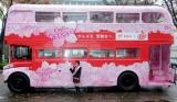 """『郵便局×キットカット 2010年受験生応援企画』発表会見が行われ、日本各地で運行される""""サクラサク受験生応援バス""""がお披露目された (C)ORICON DD inc."""