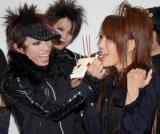 """はるな愛がロンドンブーツ1号2号・田村淳の""""双子の弟""""haderu率いるjealkbの新曲MVでビジュアルメイクに挑戦、撮影現場ではこの日誕生日だった淳にバースデーケーキが贈られ食べさせてもらうはるな愛 (C)ORICON DD inc."""