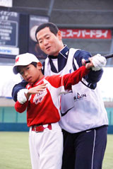 『絆の会』で、参加した小学生に指導するに元巨人・桑田真澄氏(C)ORICON DD inc