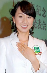 『森永アロエヨーグルト』発売15周年イベントで、石田から贈られたハリー・ウィンストンの婚約指輪をお披露目した、女子プロゴルファー・東尾理子 (C)ORICON DD inc.