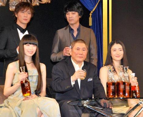 第1回『WHISKY LOVERS AWARD 2009』授賞式に出席した(上段左から)成宮寛貴、山崎まさよし (下段左から)栗山千明、北野武、小雪 (C)ORICON DD inc.