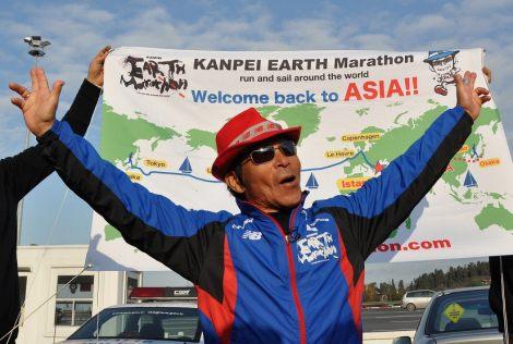 スタートから363日目でアジアへ到着し「やったー!」と両手を上にあげて喜ぶ間寛平 (C)間寛平アースマラソン製作委員会