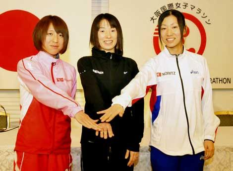 記者会見に出席した(左より)木崎良子選手、赤羽有紀子選手、小崎まり選手
