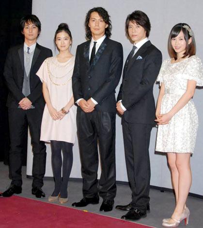 2010年NHK大河ドラマ『龍馬伝』の新キャスト発表会に出席した(左から)平岡祐太、蒼井優、福山雅治、上川隆也、AKB48の前田敦子 (C)ORICON DD inc.